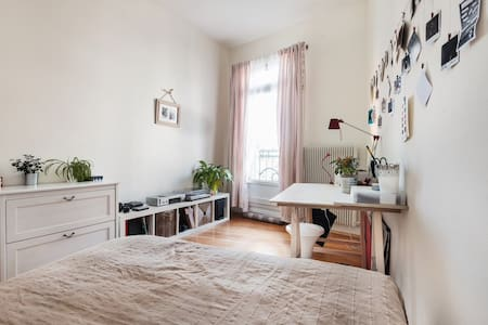 Cool bedroom in a charming flat - Lejlighed