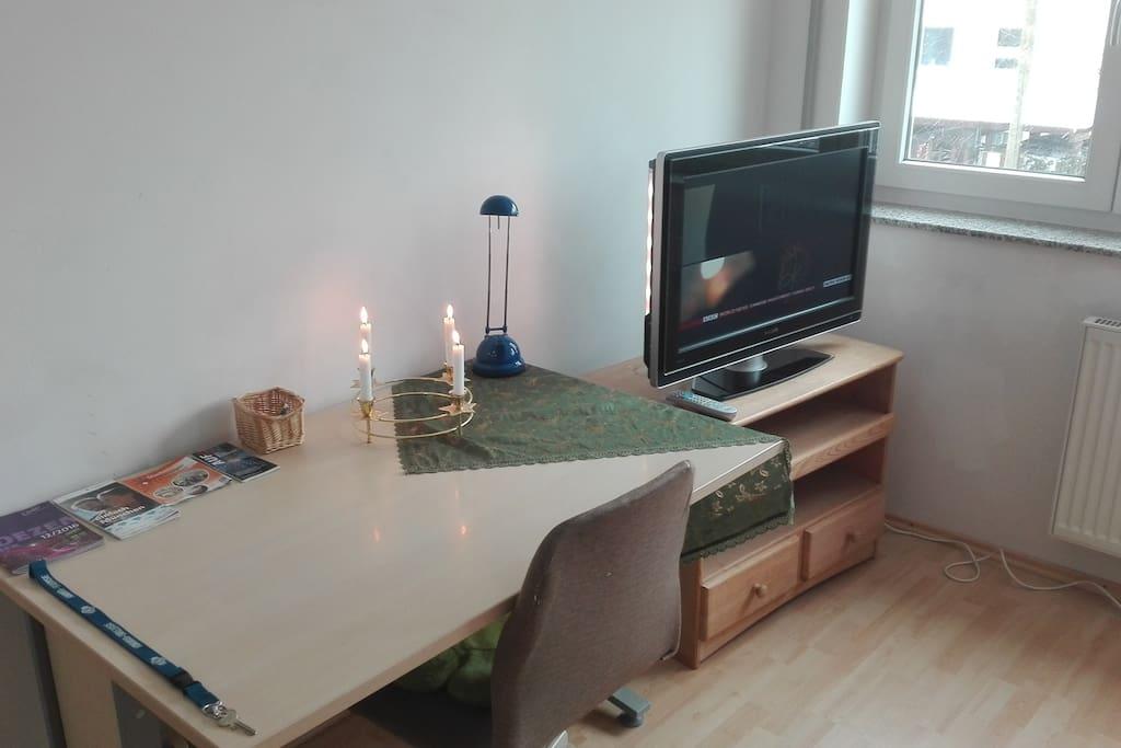 Schreibtisch und TV / Fernseher im Zimmer