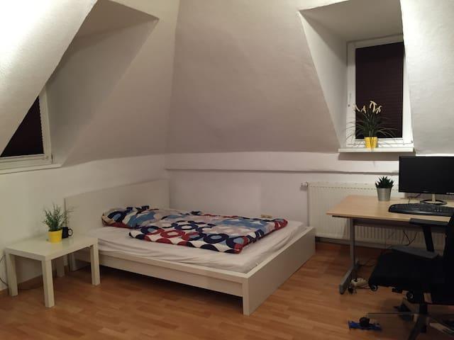 Geräumiges Zimmer in perfekter Lage in Schwaben-WG - Stuttgart - Wohnung