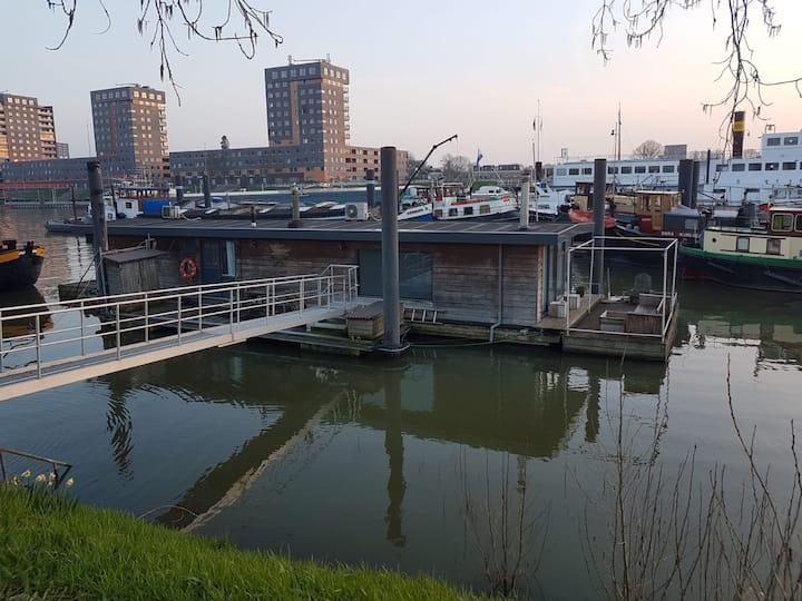 A tranquil houseboat getaway, center of Nijmegen