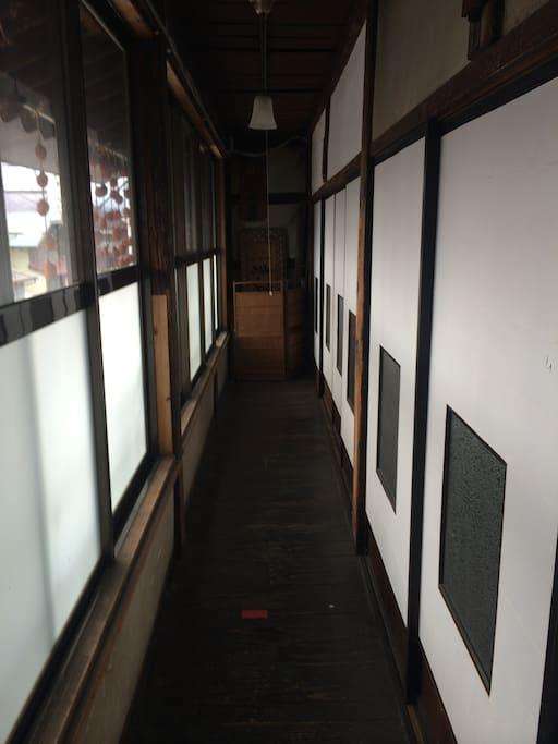 凛とした空気漂う廊下。