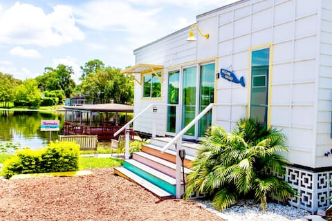 The Bermuda- Unique Tiny Home with Lakefront View
