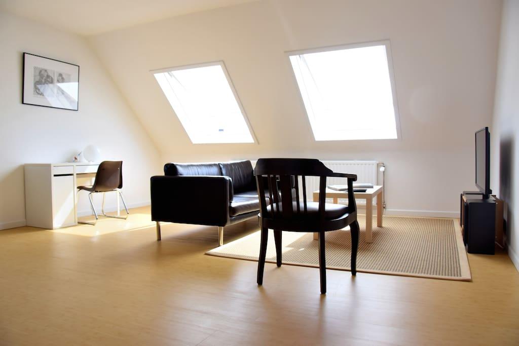 Cosy couch, desk, 40'' Smart TV and HiFi.