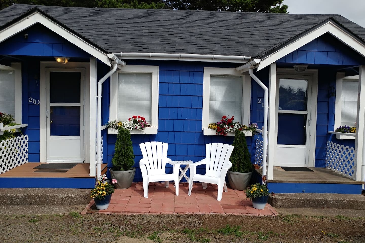 Have you ever wanted to try out a tiny home but hate the idea of the loft? The loggers of old solved that problem. We've borrowed the solution and updated it with duplex Cottage #212. Roughly 400 sq ft of easy, breezy vacation happiness. Take a look!