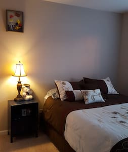Private new QUEEN Bedroom, cable. - Romeoville - Bed & Breakfast