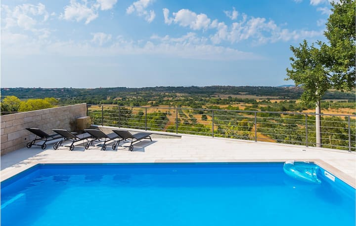 Holiday cottage with 2 bedrooms on 72m² in Piramatovci