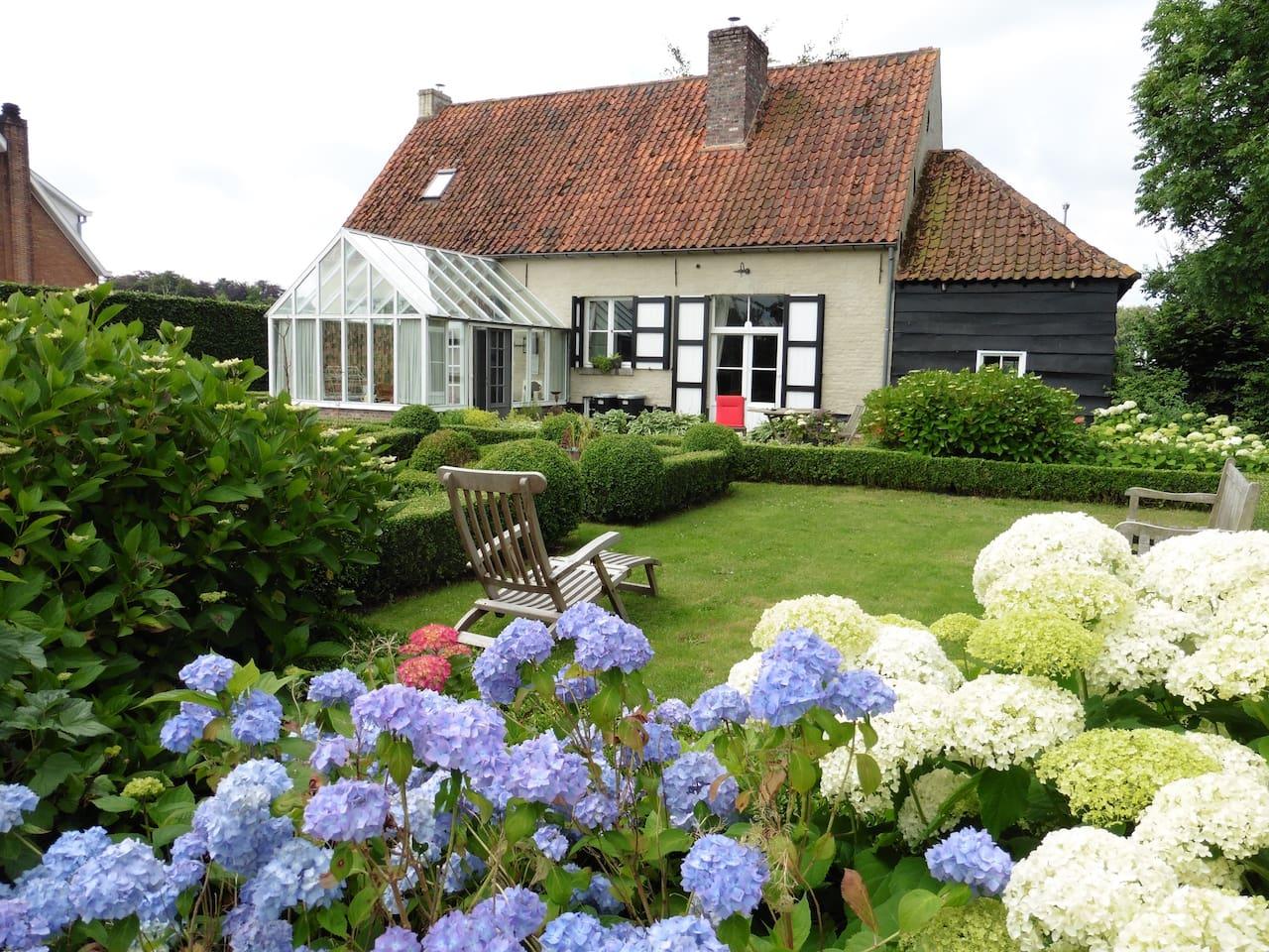 Zicht op het huis en de tuin