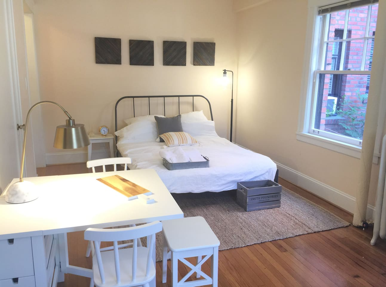 Calm & clean downtown studio- perfectly located in the heart of downtown so you can walk everywhere... Pike Place Market, Space Needle, Whole Foods Market, and all of downtown shopping / cafes / restaurants / bars. Much quieter than most downtown studios as it's facing an interior courtyard.