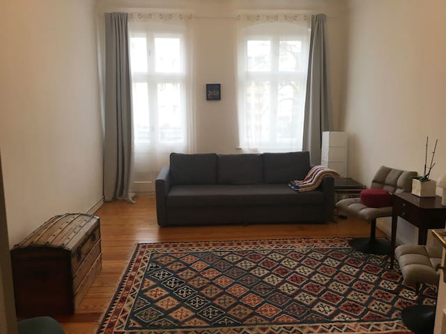 Spacious room in traditional Berlin apartment
