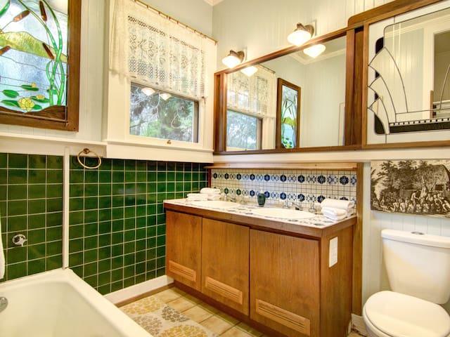 Hale Ohia Cottages, Master Bedroom