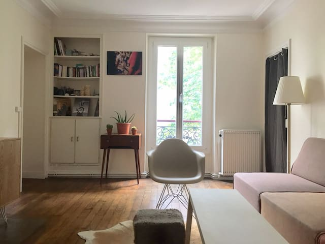 Cosy low-budget bedroom in Daumesnil