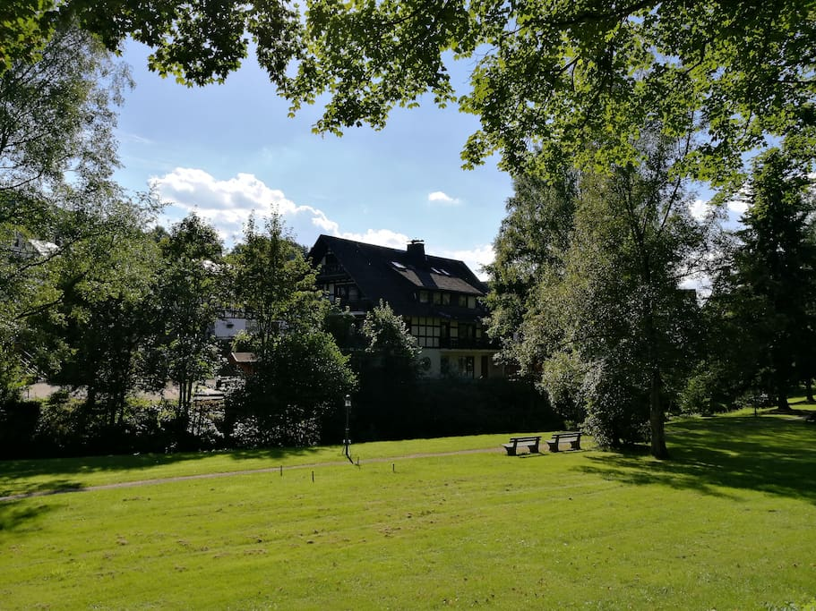Het Kurpark van Westfeld ligt direct bij het huis met diverse speeltoestellen voor de kinderen