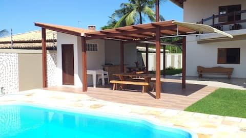 Linda casa com 06 quartos e piscina particular.