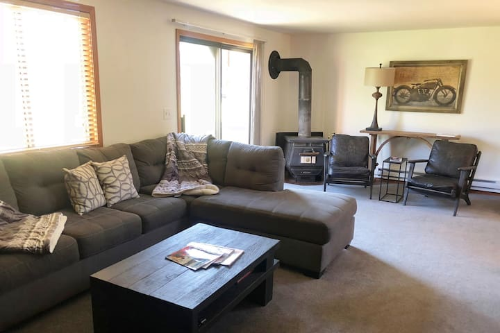 Close to downtown, lake and Ponderosa State Park