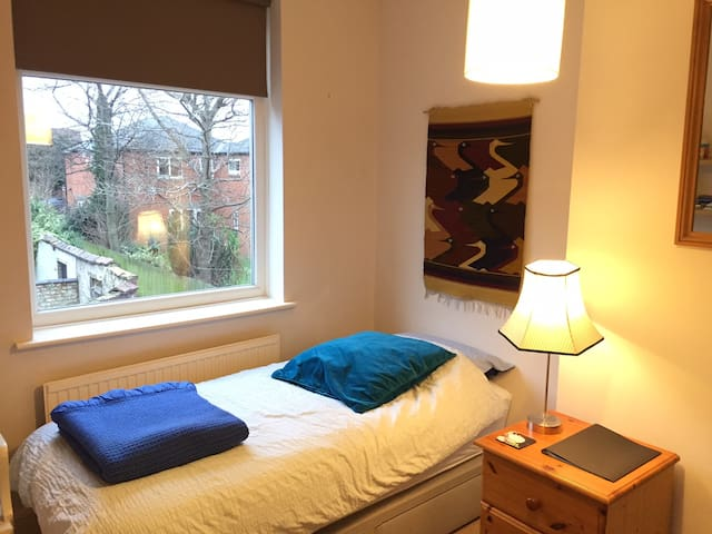 Single room in cosy Chorlton terrace house.