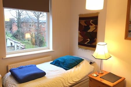 Single room in cosy Chorlton terrace house. - Manchester