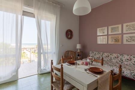 La finestra sul mare; prima linea. - Milano Marittima