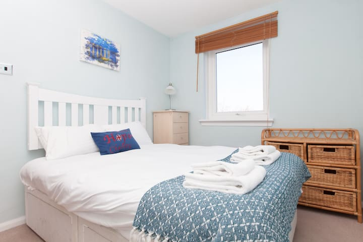 Bright & Cosy 2BR - City Centre w Free Parking!
