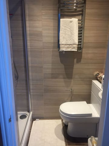 Double self-contained room 30mins from Gatwick - Thornton Heath - House