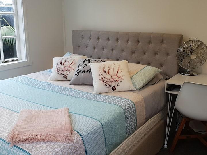 Cute Point Chevalier Mini house- Sleeps 2 - WIFI