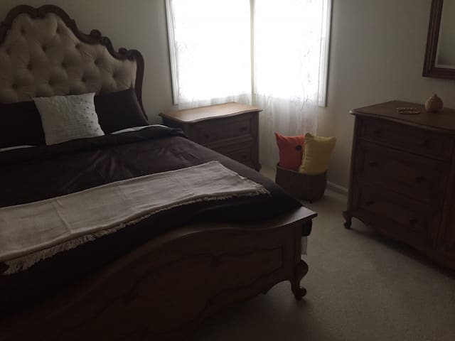 Cozy private bedroom with bath and office space - Broadview Heights