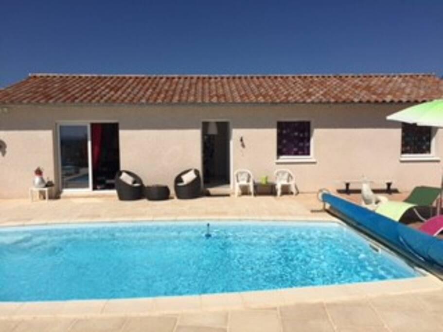 Accès direct à la piscine et à la terrasse depuis le salon.