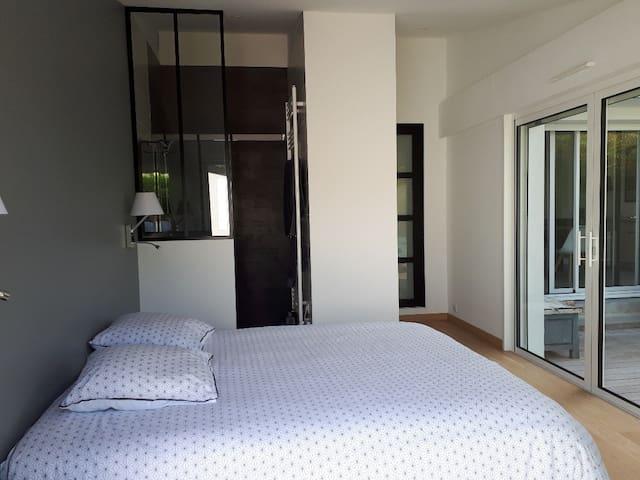Chambre 1 (RDC) : 15 m², lit 160