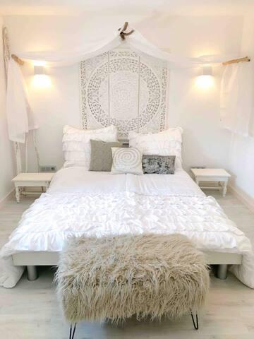 Das zweite Schlafzimmer mit Kommode und Doppelbett  (160x200).