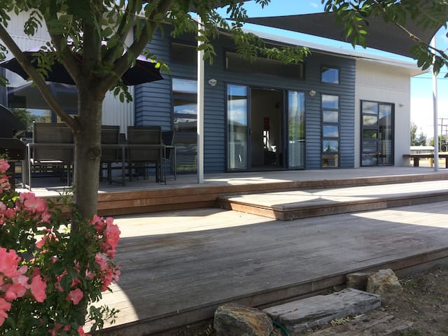 Tussock Retreat - Modern Open Plan, Huge Deck