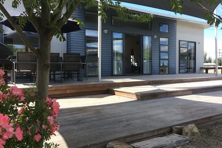 28. Tussock Retreat - Modern Open Plan, Huge Deck - Twizel