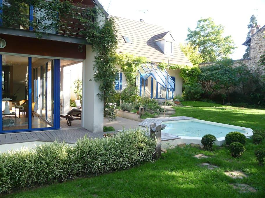 Maison au calme dans jardin Fleuri