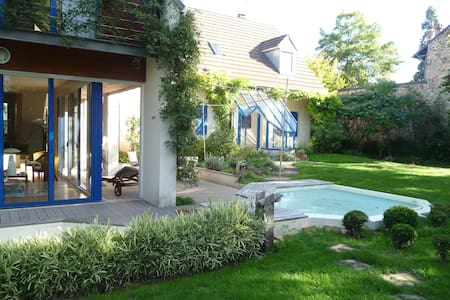 Green place 20 min from Paris - House