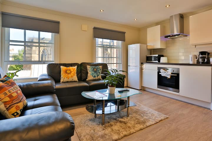 ☆ Deluxe Central Apartment--Sleeps 6 ☆