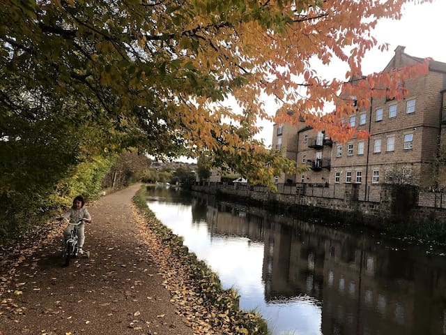 Cosy 2 bedrooms flat by the river with free WIFI