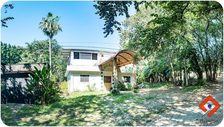 Habitación Guacamaya en una casa bambú con jardin