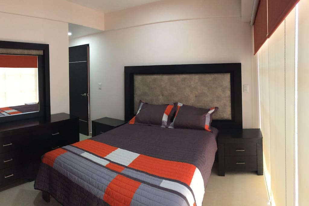 RECAMARA PRINCIPAL CON BAÑO. (MASTER BEDROOM WITH BATHROOM).