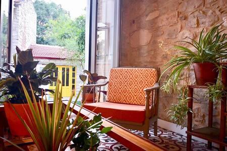 Sayfiye Urla - özel bahçeli, tarihi taş ev.