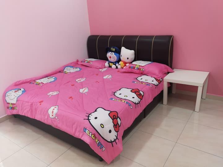 (双人房)豪华三层楼排屋的独立房间 多啦A梦与kitty结合的主题❤  豪华享受 亲民价格✌