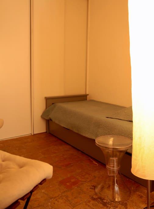 L'alcôve avec deux lits gigognes et de grands placards.