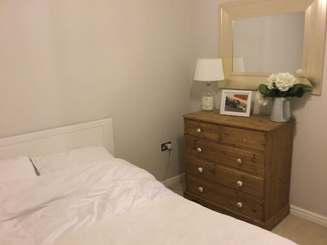 Small modern room in a well located lovely village - South Petherton - Casa