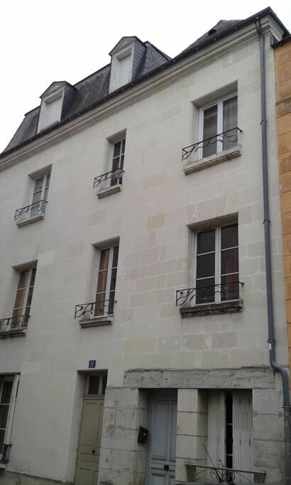 Le studio est au premier étage d'un immeuble ancien en pierre de tuffeau typique de la région.