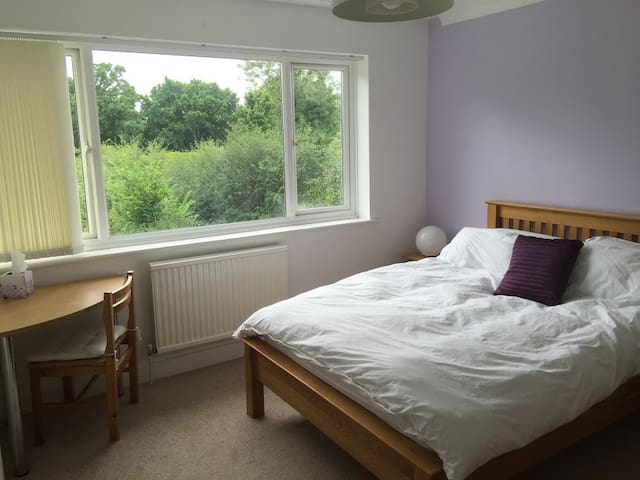 B&B Lilac Double room in family home, Cranleigh - Cranleigh - Aamiaismajoitus