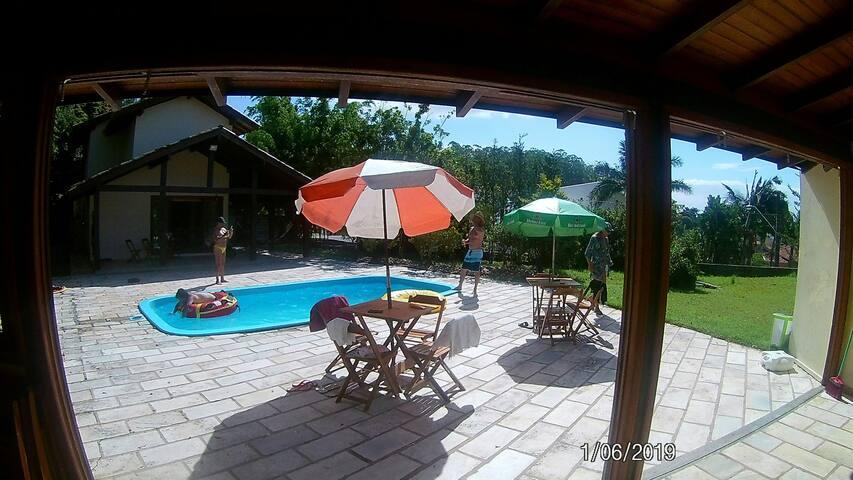 Quarto Duplo em casa com piscina.