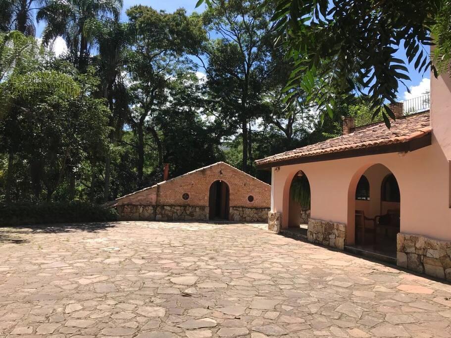 pátio em frente à casa principal, mostrando ao fundo a entrada da casa do caseiro, que fica para parte baixa do sítio