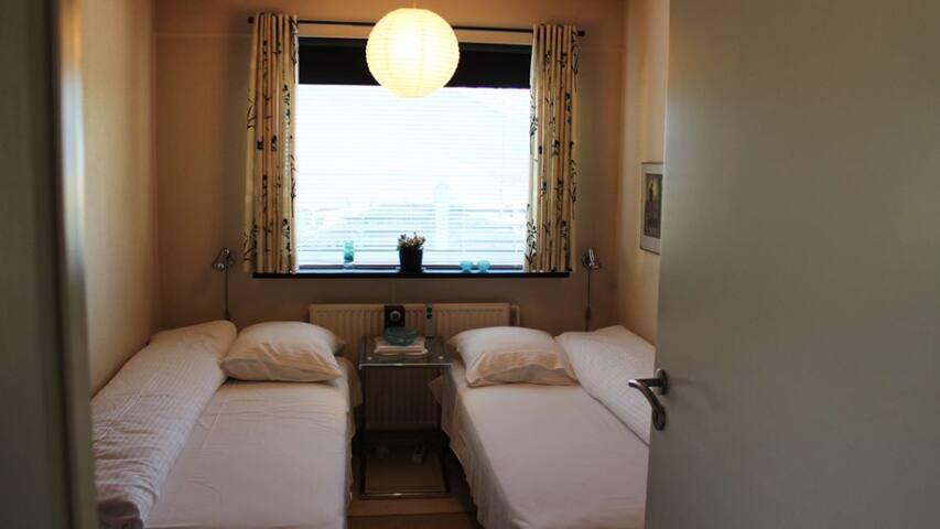 Lille værelse i pæne omgivelser, 4 km til centrum