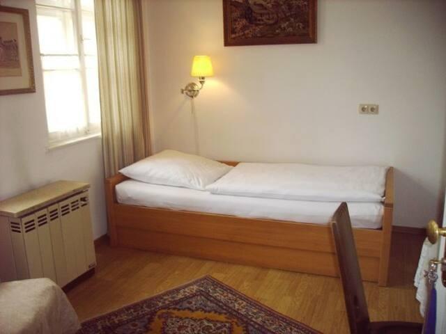Das Bett (ein Einzelbett)