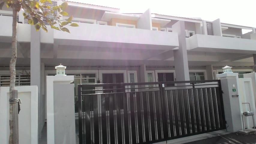 Desa Bayu Homestay Ipoh - Perak - House