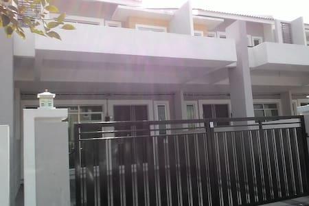 Desa Bayu Homestay Ipoh - Haus