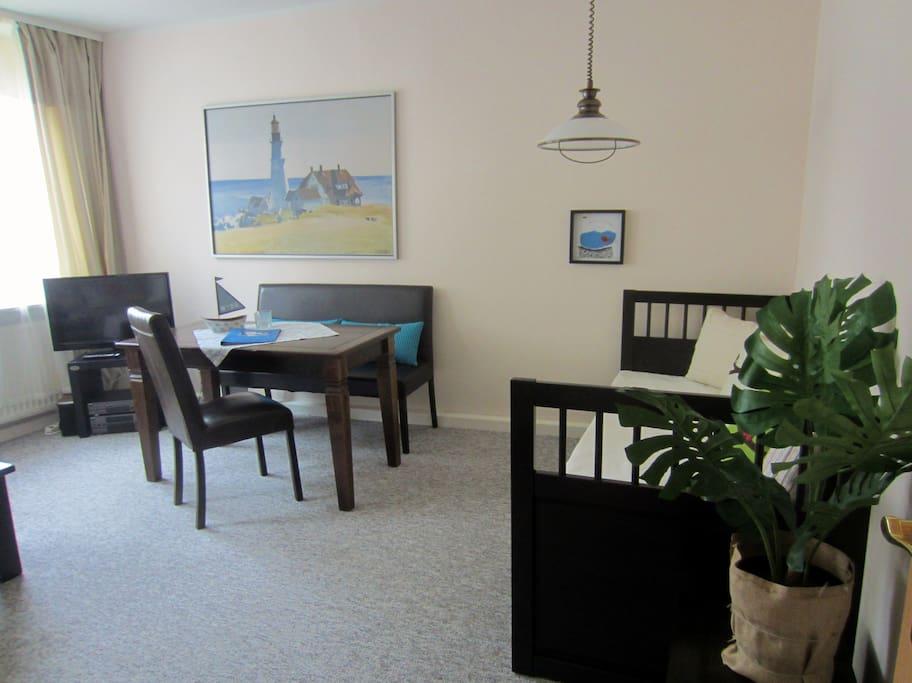 Wohnzimmer mit Tagesbett, kann zum Gästebett mit 1,60 Meter Breite ausgezogen werden