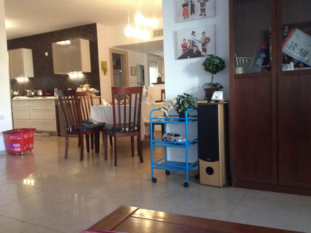 Spacious (4 bedrooms) + Sukah for first holiday - Netanya - Leilighet